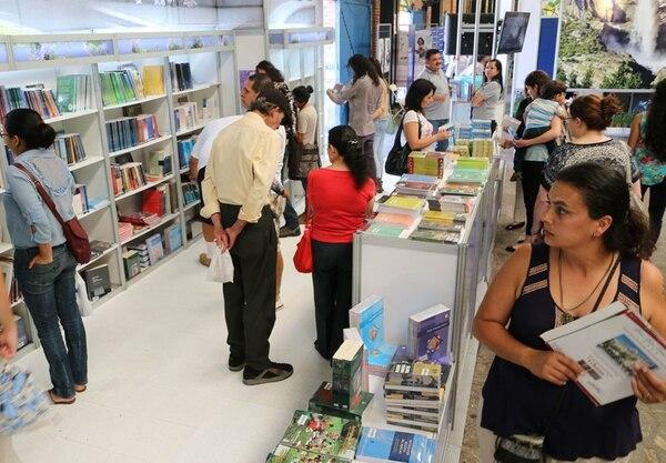 Esta decimoquinta edición de la Feria del Libro contó con la más alta visitación hasta la fecha. Según datos del Ministerio de Cultura, más de 70.000 personas se acercaron a la Antigua Aduana en busca de material de lectura. Esto se tradujo en éxito de ventas, dijeron los expositores. | CRISTIAN ARAYA