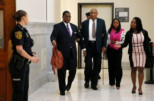 Bill Cosby llegó al juicio del brazo de la actriz Keshia Knight Pulliam, su hija Rudy en la serie 'The Cosby Show'. FOTO:AP.