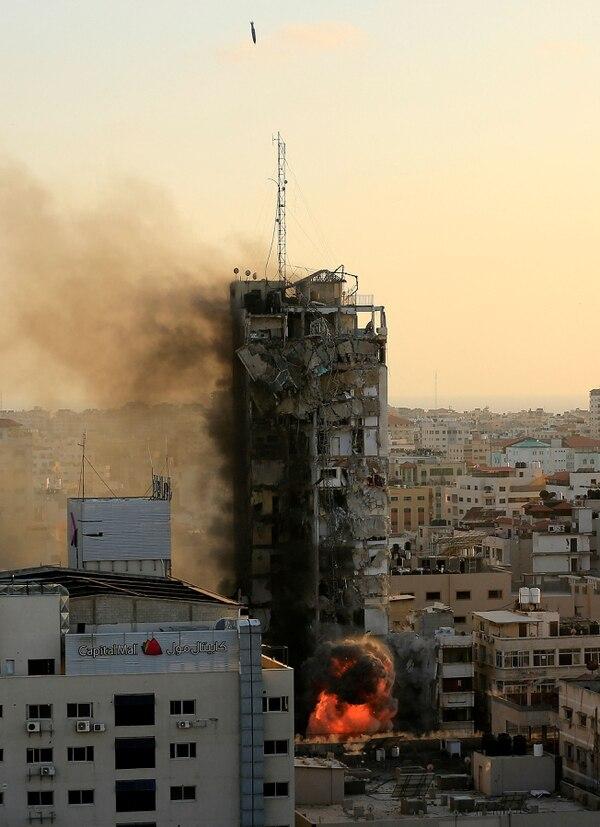 Momento exacto cuando una de las bombas israelíes termina de destruiri un edificio palestino. La destrucción de inmuebles, con decenas de civiles palestinos dentro, ha sido la tendencia de las ofensivas israelíes en 2021. Foto: AFP