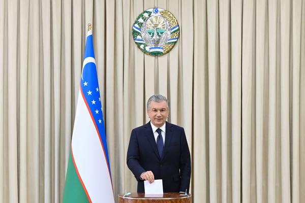 Presidente de Uzbekistán es reelecto con 80% de los votos en elecciones sin competencia