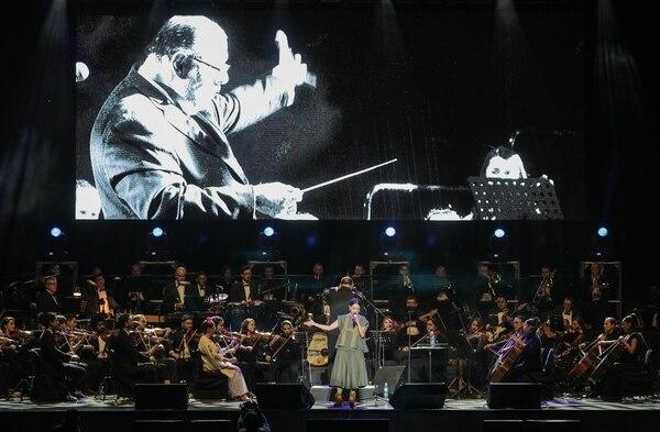 Natalia Lafourcade, acompañada por la Orquesta Filarmónica de Costa Rica, hizo vibrar a Parque Viva.