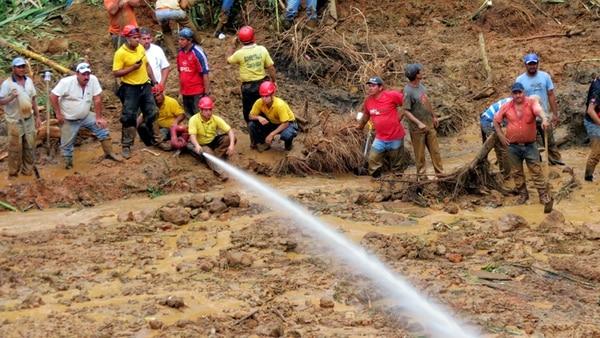 Bomberos de Guanacaste lavaron con mangueras el material que trasladaban en vagonetas. | CARLOS HERNÁNDEZ