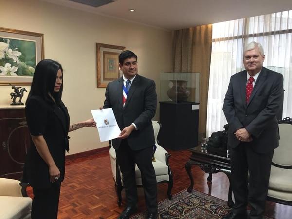 La representante diplomática de Venezuela, María Faría, entregó el miércoles credenciales al presidente de la República, Carlos Alvarado. Los acompañó el Canciller, Manuel Ventura (de corbata roja).