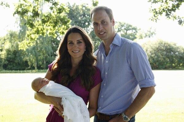 La primera foto oficial de la familia real de Cambridge fue tomada por el suegro del príncipe Guillermo. | ARCHIVO/AFP