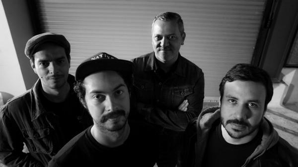 En orden usual: Víctor 'Neno' Valverde (batería), Benjamín Gerry (guitarra), Jose Coto (Voz principal y guitara) y Gustavo Cordero (bajo).
