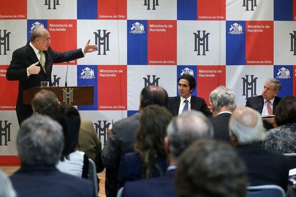 El secretario de la OCDE, Ángel Gurría, expuso, la semana pasada, en Santiago el estudio económico de ese organismo para Chile.   EFE