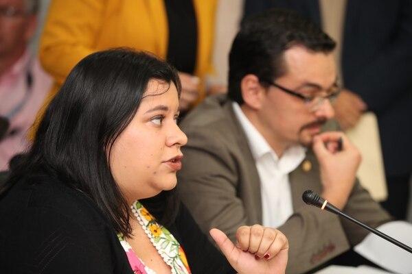 Paola Vega, del PAC, y José María Villala, del Frente Amplio, aseguraron que reconocer a un presidente que no pasó por las urnas en Venezuela no soluciona nada. Fotografia: Graciela Solis