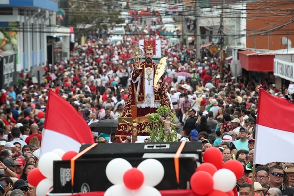 Cientos de personas participaron en la tradicional Entradas de los Santos. Fotografía: John Durán.