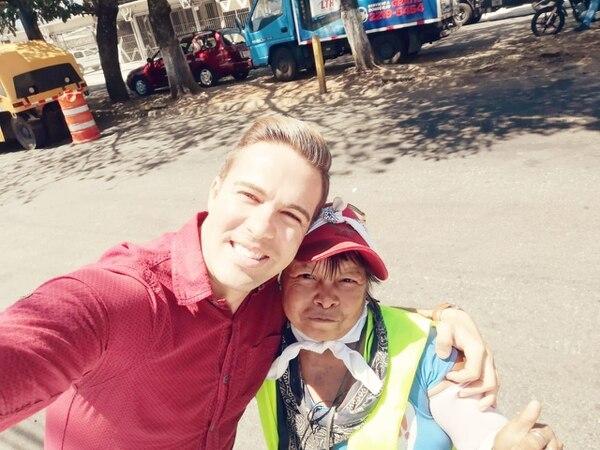 Italo Marenco y la Trafiquina han forjado una linda amistad, el presentador siempre está pendiente de su bienestar. Este 'selfie' se lo hicieron antes de que comenzara la pandemia. Foto: Cortesía