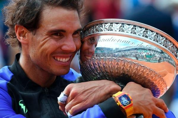 Rafael Nadal con el trofeo como mejor tenista en Roland Garros 2017.