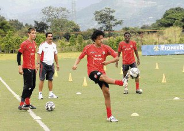 La Selección Sub-17 se prepara intensamente para asistir del Mundial Infantil de Nigeria. El técnico Juan Diego Quesada (camisa blanca) dirige la práctica del viernes en el Proyecto Gol, en San Rafael de Alajuela. | MARIO ROJAS