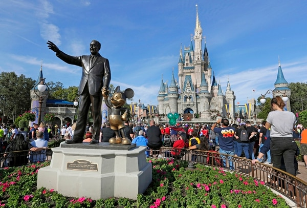 La estatua de Walt Disney y Mickey Mouse y el castillo de Cenicienta pronto estarán listos para recibir visitantes de nuevo. AP