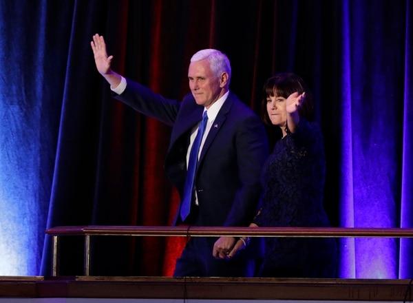 El compañero de fórmula de Donald Trump, Mike Pence, se presentó con su familia y le dio la bienvenida al presidente número 45 de Estados Unidos.
