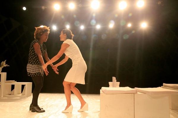 Cómplices, Matilde (Aysha Morales) y Virginia (Monserrat Montero) intercambian oficios. Rafael Pacheco.