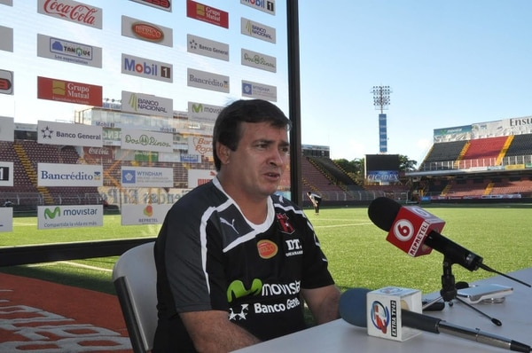 Óscar Ramírez dio declaraciones este viernes en la tarde en el estadio Alejandro Morera Soto.