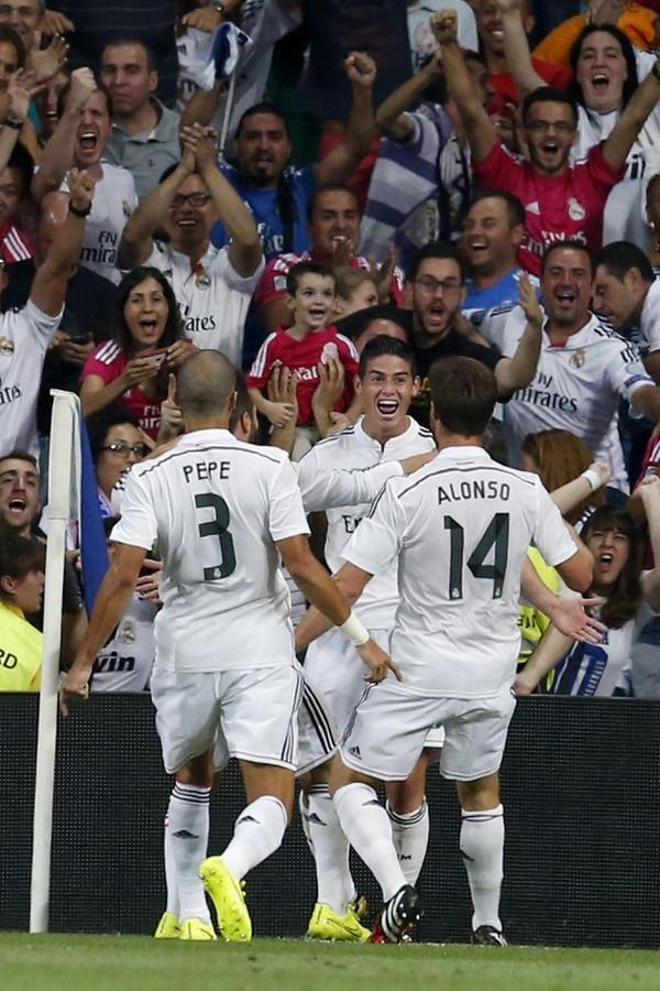 James Rodríguez celebra con Pepe y Xavi Alonso su primer gol en el Real Madrid. Es la primera anotación de un colombiano en los 112 años de historia del equipo merengue.