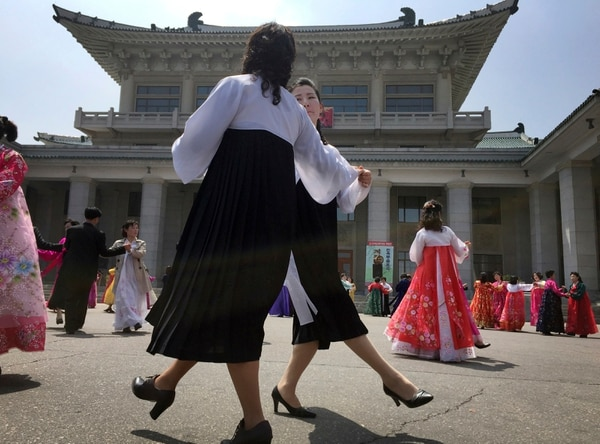 Hombres y mujeres norcoreanas bailan este martes 25 de abril en Pionyang, Corea del Norte, para celebrar el 85 aniversario del ejército del país.