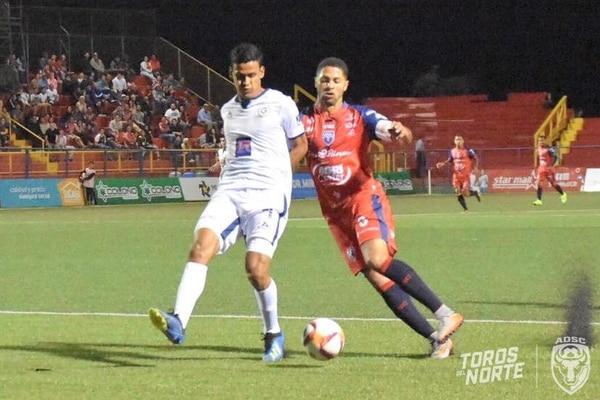 El guadalupano Kevin Espinoza, marcó al delantero sancarleño Álvaro Saborío (derecha), quien no aprovechó las opciones de gol que se le presentaron. Fotografía: San Carlos FC