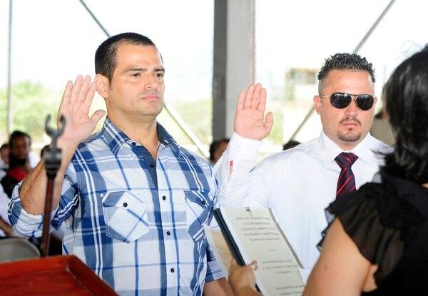 Carlos Hernández (izquierda) y Yunen Rojas (lentes oscuros) fueron juramentados por la vicerrectora de la Universidad Estatal a Distancia, Ana Cristina Pereira, el miércoles en La Reforma, tras culminar el diplomado en Administración de Empresas. Arriba, aparece Luis Díaz, de 39 años, quien aprendió a leer y escribir en prisión. En total, allí se graduaron 88 reos.   GRACIELA SOLÍS.