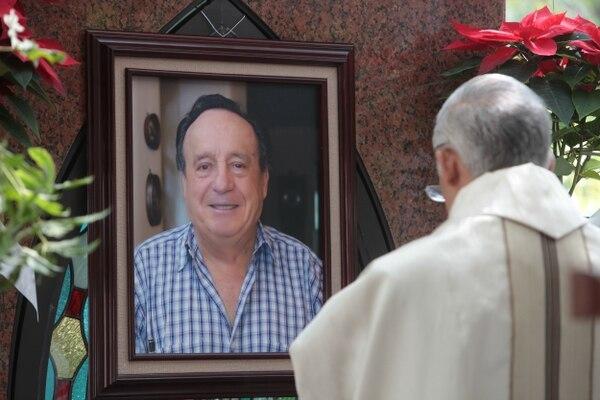 Un sacerdote oficia una misa por el primer aniversario de la muerte de Roberto Gómez Bolaños