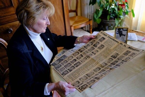 Therese Scheirmann-Descamps,viuda de Jules Scheirmann-Descamps, uno de los tripulantes del submarino La Minerve, mostró documentos de su archivo personal en su casa en Tolón, sur de Francia.
