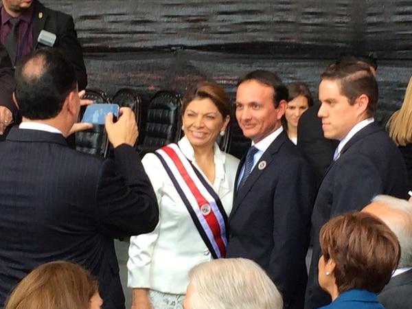 La última foto de Laura Chinchilla con la banda presidencial, antes de sentarse en la mesa principal, fue con su hermano Adrián. A la derecha, asientos reservados para invitados de la mandataria, que quedaron vacíos. | LUIS DÍAZ