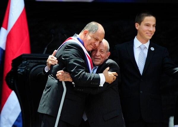 Luis Guillermo Solís recibió un abrazo de su padre, don Freddy, durante el traspaso el 8 de mayo del 2014. Fotografia: Graciela Solís