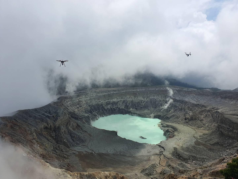 Con conocimientos adquiridos en Japón, la UNA utiliza drones para la vigilancia volcánica. Foto: Cortesía. José P. Sibaja/UNA.