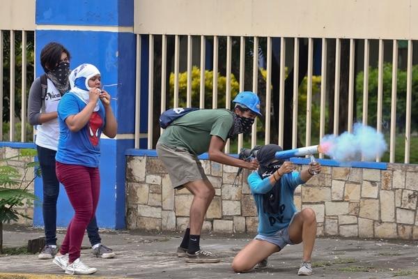 Un manifestante disparaba con un mortero artesanal durante una protesta antigubernamental en Managua, el lunes 28 de mayo del 2018.