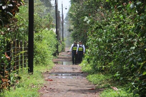 Personal de la Fuerza Pública realizaba esta mañana patrullajes en la zona y también agentes del OIJ tratan de dar con los delincuentes. Foto: Reiner Montero.