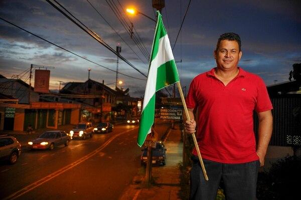 Como en sus viejos tiempos, subido en el balcón del club del PLN en Puntarenas centro, German Contreras explica en qué consiste su trabajo como dirigente del PLN, en el distrito de Chacarita, en la provincia costera. | MAYELA LÓPEZ