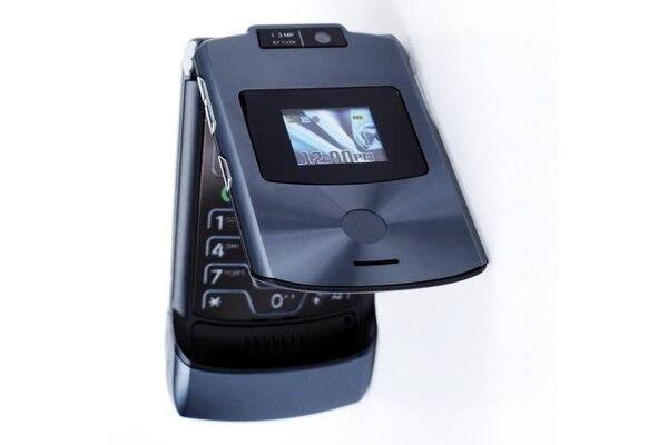 El Motorola Razr v3 tenía dos pantallas: en la externa se podían ver algunas notificaciones, quién llamaba, etcétera. Fuente: Archivo.