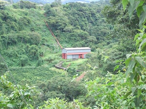 Vista de la casa de máquinas de la planta hidroeléctrica Poás I en San Pedro de Poás, Alajuela. Esta es la instalación que pudo encender otra vez con ayuda del nuevo negocio. / Fotografía: Cortesía.