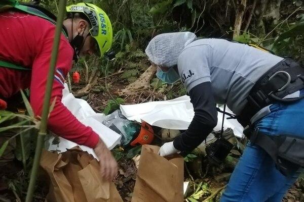 Las evidencias encontradas en el botadero ilegal de San Jerónimo de Cachí fueron decomisadas por el OIJ para análisis. Foto: OIJ para LN