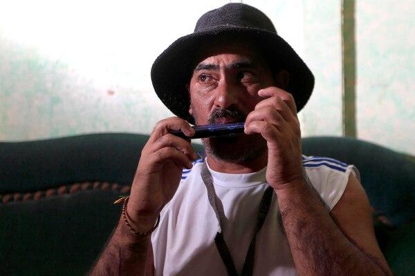 Una dulzaina y un sombrero eran parte del espectáculo que daba Chayanne Guapo en los buses. Juan Carlos Zamora tiene varios padecimientos de salud, el más fuerte es en uno de sus ojos. Foto: Rafael Pacheco.