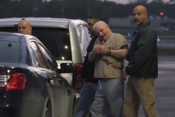 El ex presidente panameño Ricardo Martinelli es escoltado por alguaciles de EE. UU. hacia un avión en la madrugada del 11 de junio de 2018 en el aeropuerto de Opa Locka, cerca de Miami, FL.