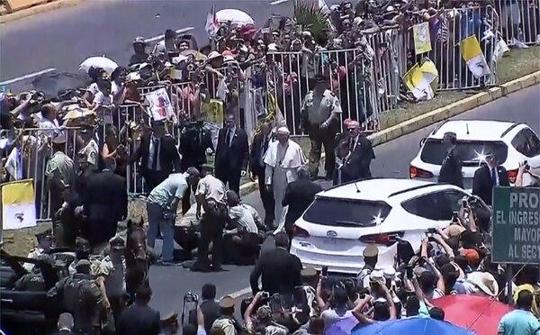 Francisco se bajó del vehículo cuando un oficial de policía se cayó de su caballo. El animal se asustó ante la multitud que despedía al Papa en la ciudad norteña chilena de Iquique después de celebrar una misa al aire libre en la cercana playa de Lobitos, el 18 de enero de 2018.
