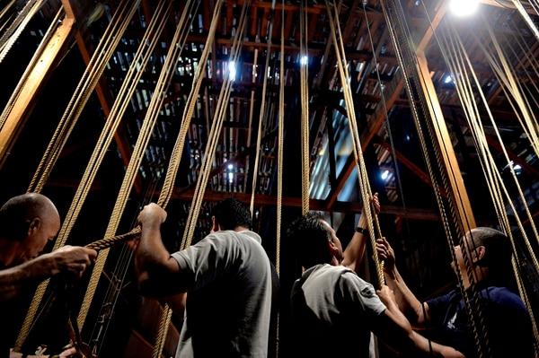 El proyecto pretende mecanizar la tramoya del teatro. En la foto Eligio Salazar, Jairo Castillo, Randall Fernández y Carlos Jimenez, encargados de tramoya. Fotos Melissa Fernández Silva