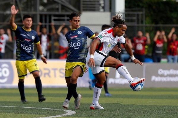 Jonathan McDonald relevó a Jonathan Moya en el minuto 59 y en la acción sortea la marca de Sebastián González. Foto: Mayela López