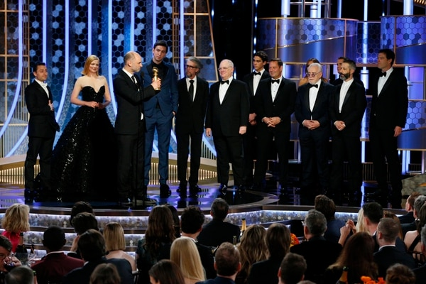 Jesse Armstrong sostiene el premio que acredita a 'Succession', de la cadena HBO, como mejor serie de drama. Fotografía: AP