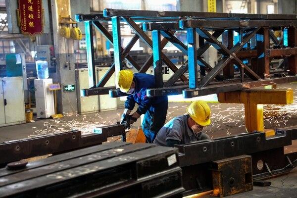 China está entre los países que denunciará a EE. UU. Un trabajador en una fábrica en Weihai, en la provincia oriental china de Shandong. AFP