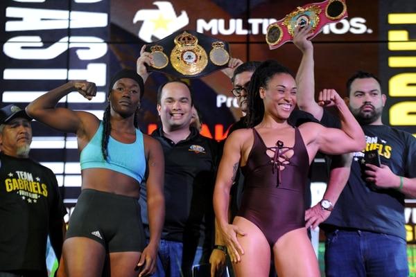 Oxandia Castillo y Hanna Gabriel realizaron ayer el pesaje en el Casino Fiesta, en Alajuela. | DIANA MÉNDEZ