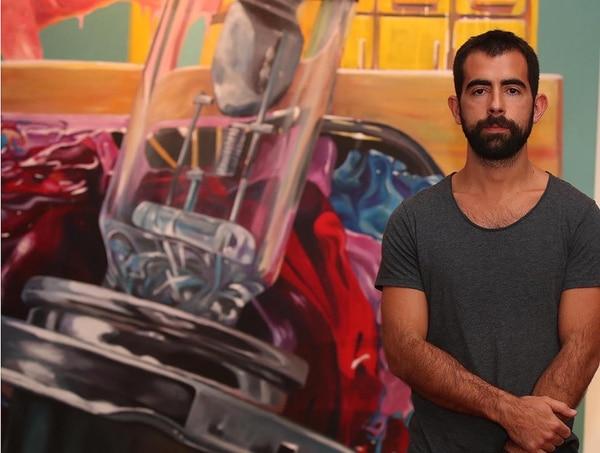 Luciano Goizueta posa frente al lienzo de The American Home. Foto: Graciela Solís.