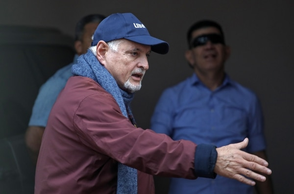 El exmandatario Ricardo Martinelli saludó podo después de llegar a su casa en la Ciudad de Panamá, este miércoles 12 de junio del 2019.