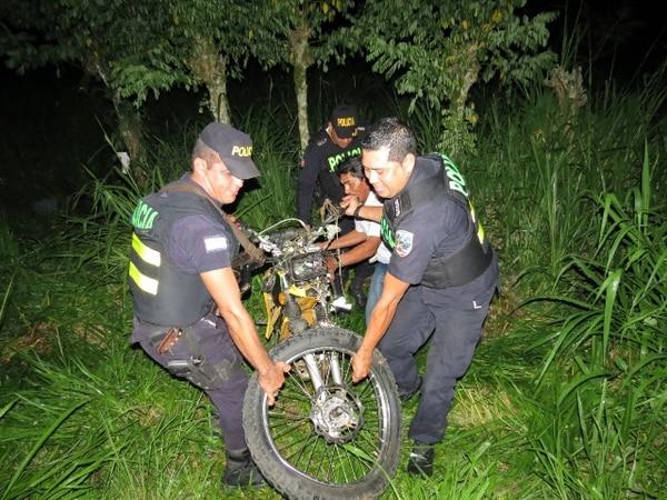 Oficiales de la Fuerza Pública se encargaron de recoger la motocicleta en que viajaban los hermanos. | CARLOS HERNÁNDEZ GN