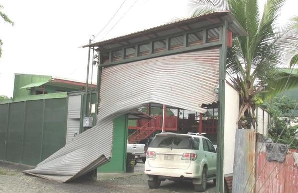 Agentes del OIJ, SERT y la UEA allanaron cuatro viviendas en Limón. En esta propiedad, ubicada en Cieneguita, el vehículo del SERT conocido como 'El Protector' chocó y arrancó el portón.