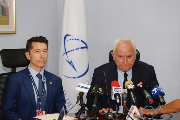 Guillermo Hoppe, director de Aviación Civil (izq.) y Rodolfo Méndez, ministro de Obras Públicas el pasado 14 de mayo cuando se refirieron en conferencia de prensa a la pérdida de calificación por parte de la FAA. Foto: Albert Marín