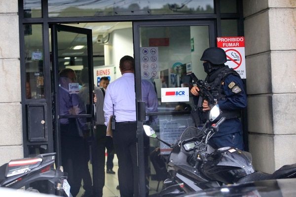 El asalto a la oficina del BCR se produjo el lunes a las 3:35 p.m. cuando los ladrones aprovecharon que iba ingresando un cliente para entrar de manera violenta. Foto: Rafael Pacheco