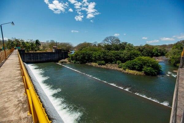 Las aguas para irrigar miles de hectáreas en la zona seca de Guanacaste se toman del lago Arenal y luego de ser utilizadas para generación de electricidad. Se llevan a las cercanías de las fincas mediante canales principales.