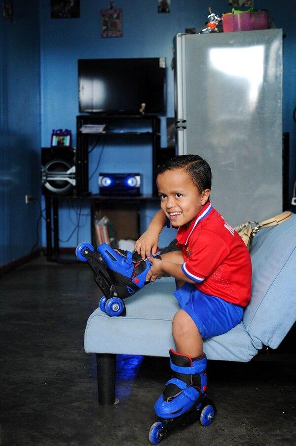 Matias Sandoval, es un niño de 8 años, que nació con acondroplasia. Foto: Melissa Fernández